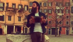 יניר קילינסקי בניגון חסידי ייחודי באיטליה