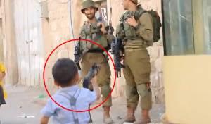 """צפו: הילד הפלסטיני מכוון נשק לחיילי צה""""ל"""