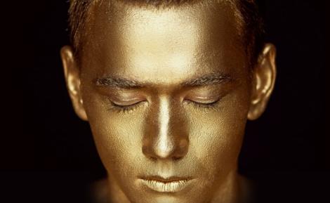אילוסטרציה - פריצת דרך: גרגירי זהב יעלימו פצעי בגרות מהפנים