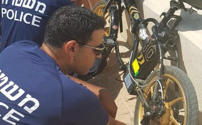 שוטרים לצד אופניים חשמליים. אילוסטרציה