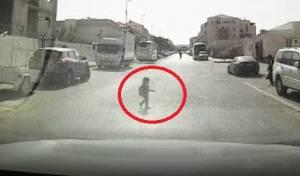 ילד קפץ לכביש וניצל ברגע האחרון • צפו
