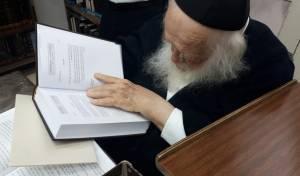 תיעוד: שר התורה קיבל את ספרו של הרב אופיר מלכה