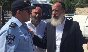 יוסי דייטש עם מפקד מחוז ירושלים. ארכיון