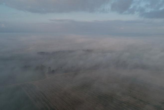 תיעוד רחפן: כך נראה הזריחה בערפל כבד
