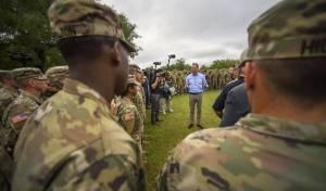 פטריק שנהאן עם חיילים אמריקאים