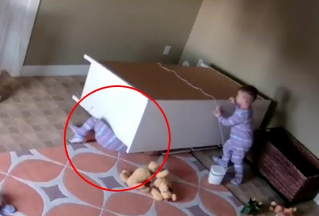צפו: ילד בן שנתיים מציל את אחיו התאום
