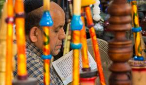 יהודי מתפלל בעיר שיראז. למצולם אין קשר לכתבה