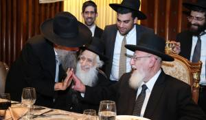הרב חנוך כהן, משמאל, לצד אביו ונשיא מועצת החכמים