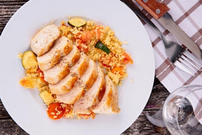 קוסקוס ירקות וחזה עוף צרוב במחבת פסים