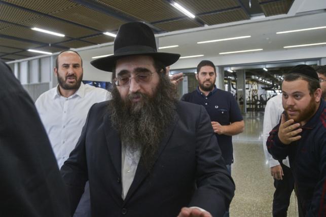 הרב פינטו עם חסידיו. ארכיון