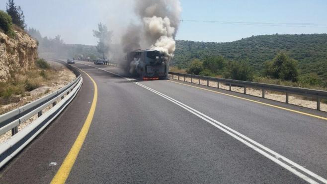 אוטובוס עלה באש, לא היו נפגעים • צפו