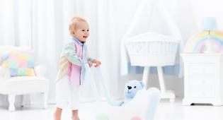 מתי תינוקות מתחילים ללכת? (ואיך לעזור להם להגיע לשם)