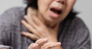 אשה שהשתעלה גרמה לעצמה שבר בצלעות