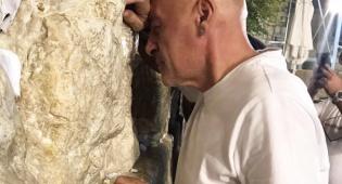 מגיש הטלוויזיה ירון אילן ורב הסלבס בכותל