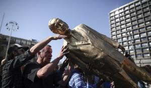 הסוף: פסלו המוזהב של נתניהו - הופל • צפו