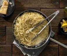 ספגטי אל לימונה: פסטה ברוטב לימון, יין לבן ופרמזן