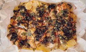 דג לברק על מצע פרוסות תפוחי אדמה ופטרוזיליה