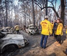 בוחנים את נזקי השריפה בקליפורניה