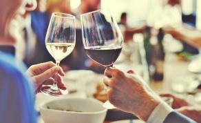 להחזיק כוס יין בלי לפגוע בטעם - זו הדרך הנכונה להחזיק כוס יין בלי לפגוע בטעם