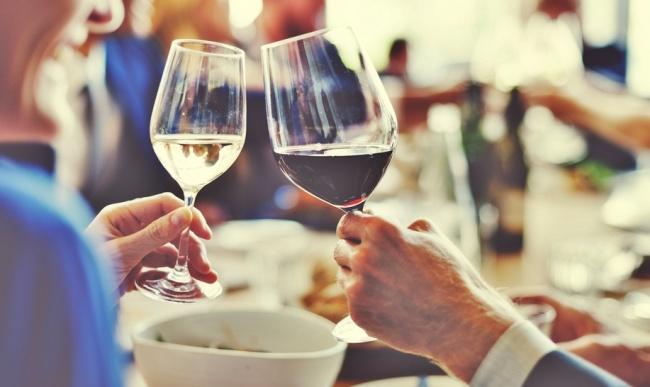 להחזיק כוס יין בלי לפגוע בטעם