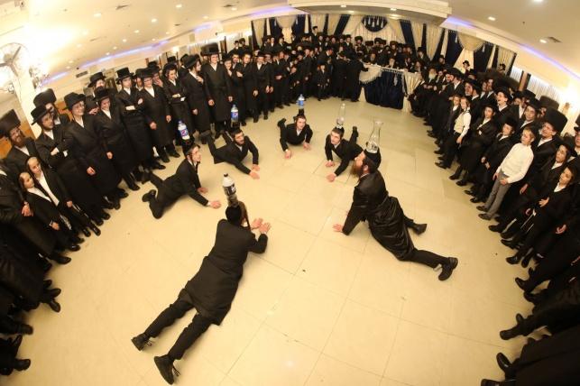 הבחורים בריקוד לכבוד החתן