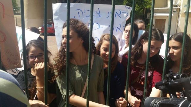 תלמידות האולפנה בהפגנה. ארכיון