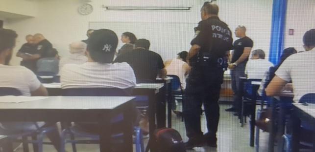 השוטרים בכיתת הבחינה
