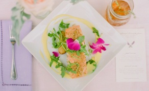 פילה סלמון עם עלי מרווה על קרם כרובית - סלמון על קרם כרובית וסלט צבעוני מרענן לחג
