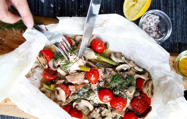 סלמון א פפיוט אפוי עם עגבניות ופטריות