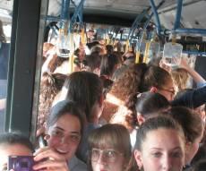 """'כמו סרדינים': מאות בנות סמינר צפופות בתח""""צ בירושלים"""