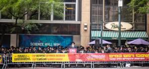 """ארה""""ב: חסידים הפגינו מול הקונסוליה ; צפו"""