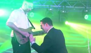 הזמר אבי אילסון במחרוזת ריקודים סוערת