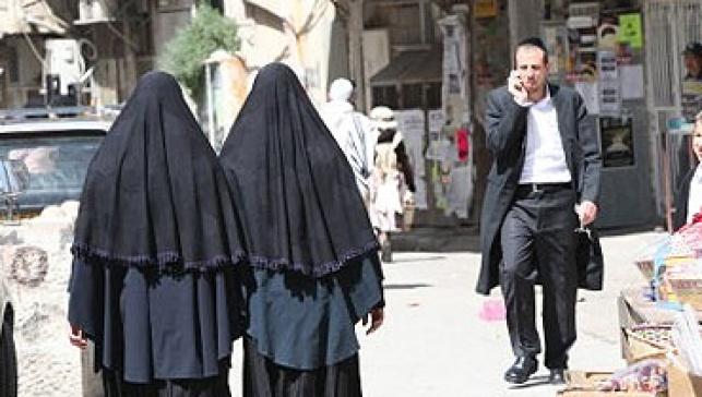 נשות טליבן צועדות ברחוב (פלאש 90)