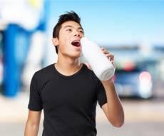 שותה חלב