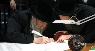 """האדמו""""ר מבעלזא בכתיבת אותיות בספר התורה"""