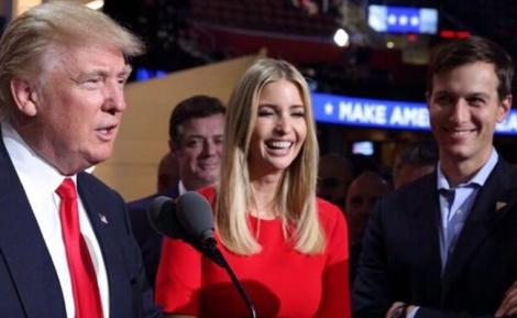 הזוג קושנר עם הנשיא טראמפ - הזוג קושנר קיבלו אישור רבני לטוס בשבת