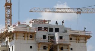 פועלים עובדים אתר בנייה