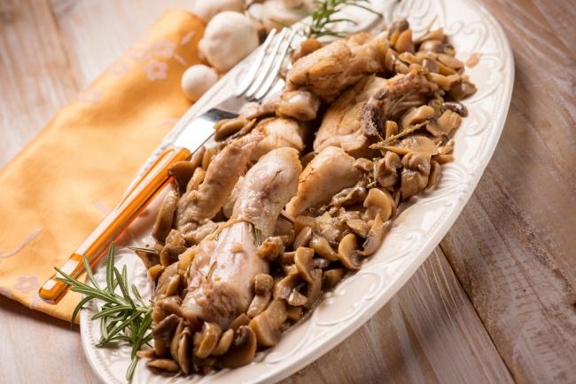 קדירת עוף עם פטריות ברוטב יין לבן