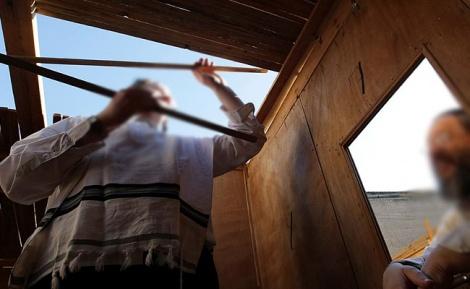 """למצולמים אין קשר לנאמר בכתבה - במהלך בניית סוכה: גבאי האדמו""""ר נפצע בינוני"""