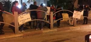 חילונים הפגינו מול גפני: 'לא תעשוק' • צפו