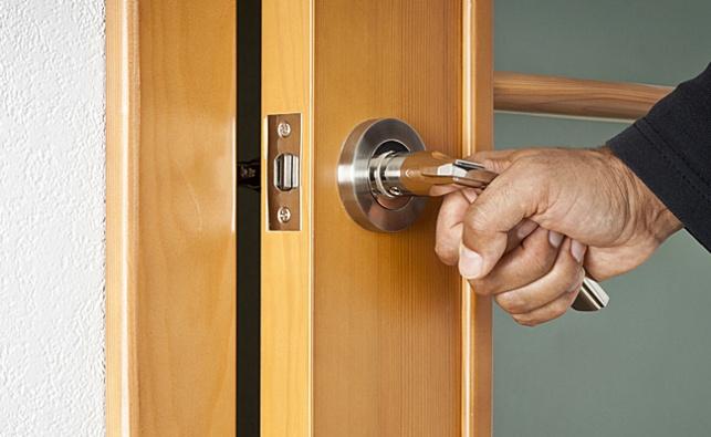הדלת נסגרה וקטעה חלק מאצבע של בת 8