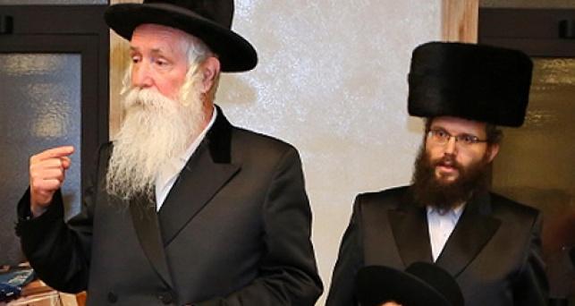 מימין: אברהם דוב גרינבוים; משמאל: הרב גרוסמן