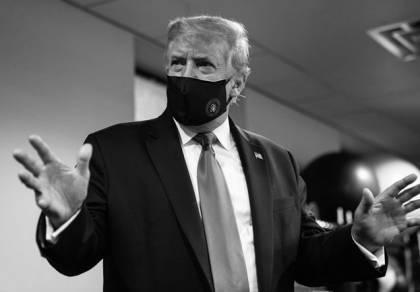 """דונלד טראמפ נשיא ארה""""ב עם מסכה"""