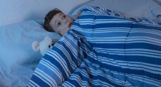 אל תיבהלו. פחדי לילה אצל ילדים שכיחים. אילוסטרציה - איך הם יירדמו אם יש מתחת למיטה מפלצת מפחידה?