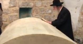 """בקבר יוסף בשכם: הגר""""מ גרוס וקובי פרץ"""