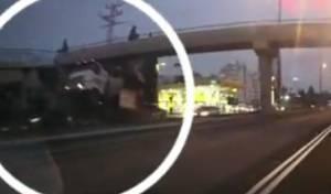 תיעוד דרמטי: רגע ההתנגשות של מנוף המשאית בגשר