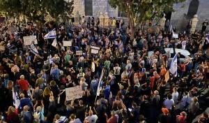 שוטרים עצרו קצין בכיר: אלפים יצאו להפגין