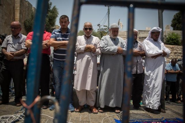 מפגינים מוסלמים מול המגנומטרים