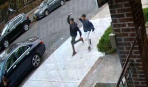 מתקפת הביצים: צפו בידוי על אם ובן ברחוב