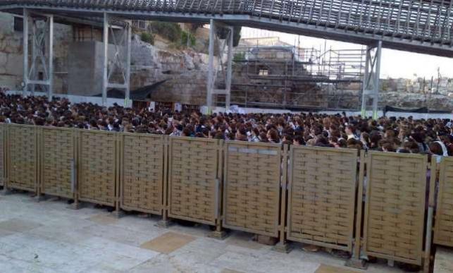 אלפי בנות ברחבת הכותל